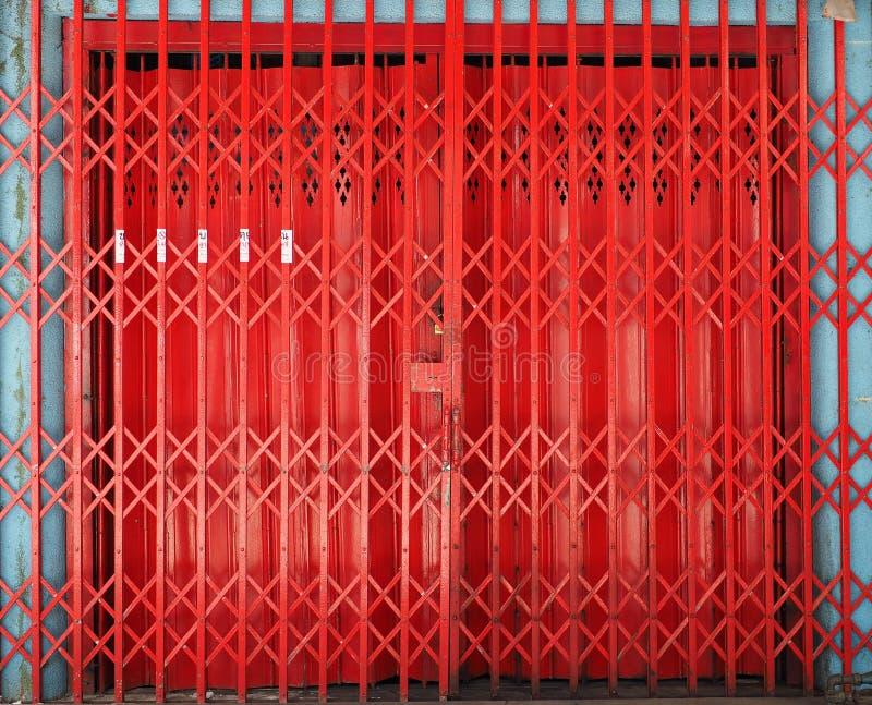 闭合的可撤回的可折叠金属门 免版税库存图片