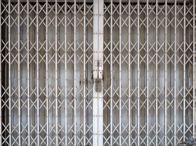 闭合的可撤回的可折叠金属门 库存照片