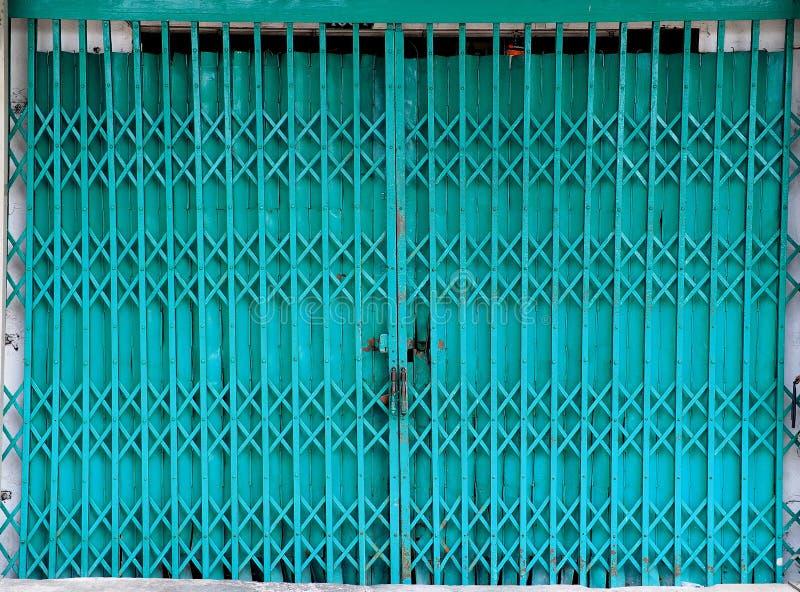 闭合的可撤回的可折叠金属门 免版税图库摄影