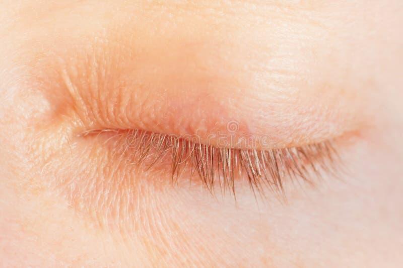 闭合的女性眼睛 免版税库存图片