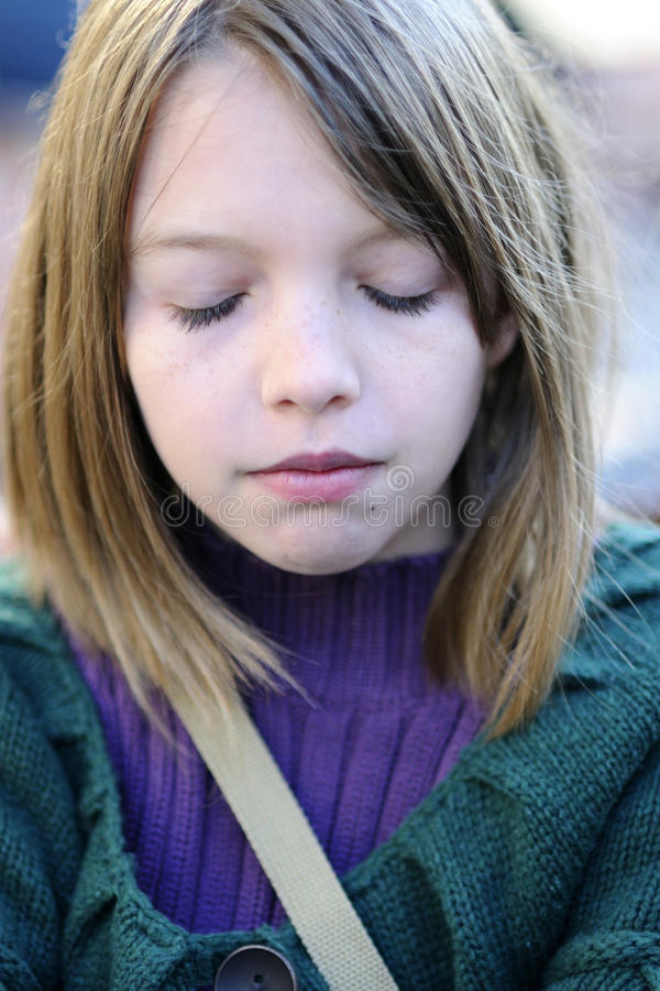 闭合的眼睛女孩 免版税库存图片