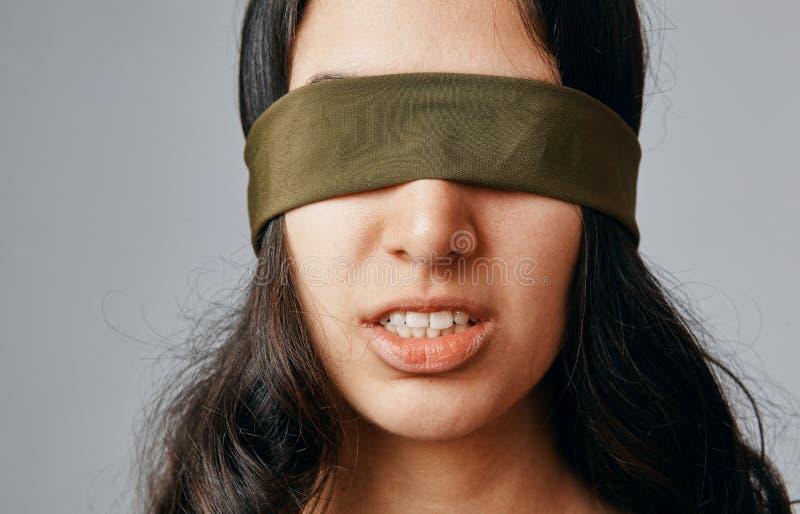 闭合的眼睛她的妇女年轻人 关于精神问题的概念 免版税库存图片