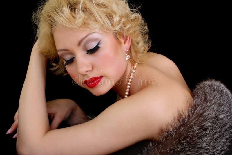 闭合的眼睛毛皮位于的妇女 图库摄影