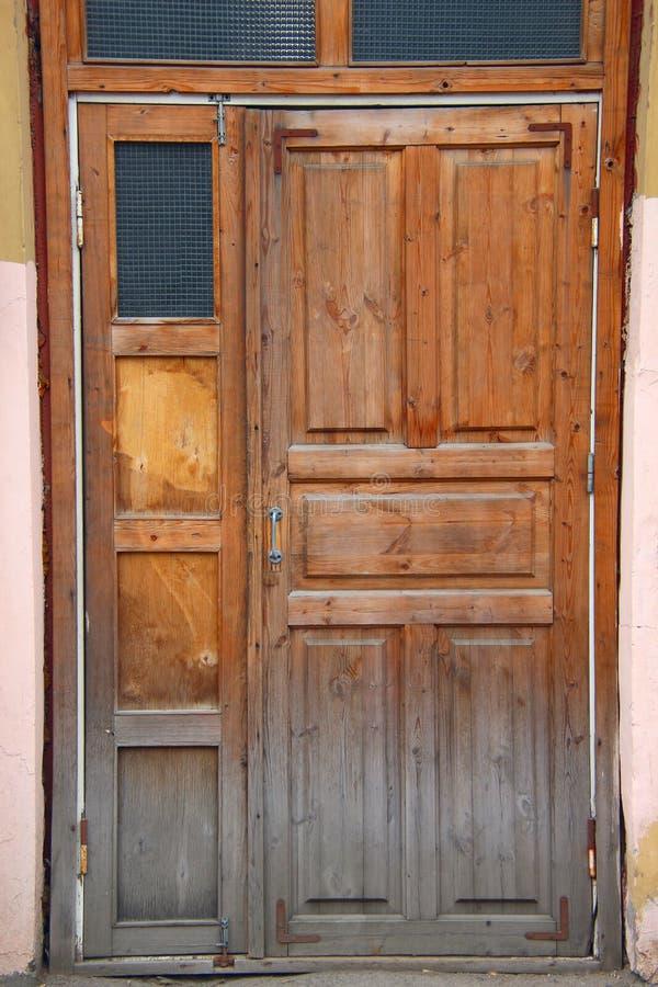 闭合的老木被毁坏的门 库存照片