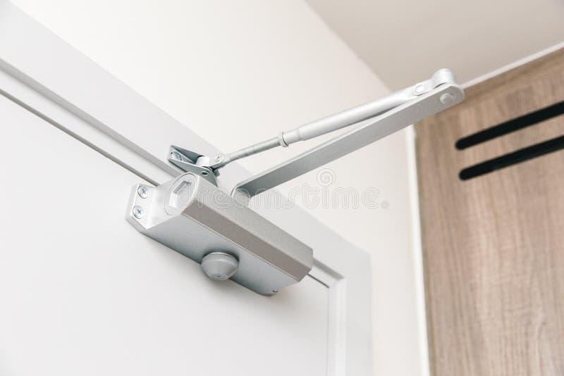 闭门器自动闭合值的门设备 免版税库存照片