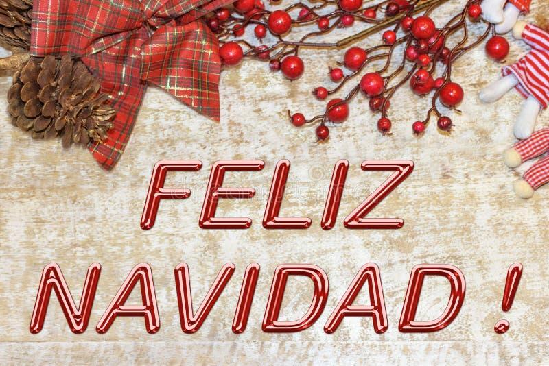问候的圣诞节明信片 在自然木背景的金属信件 红色,金黄和白色Xmas墙纸 库存图片