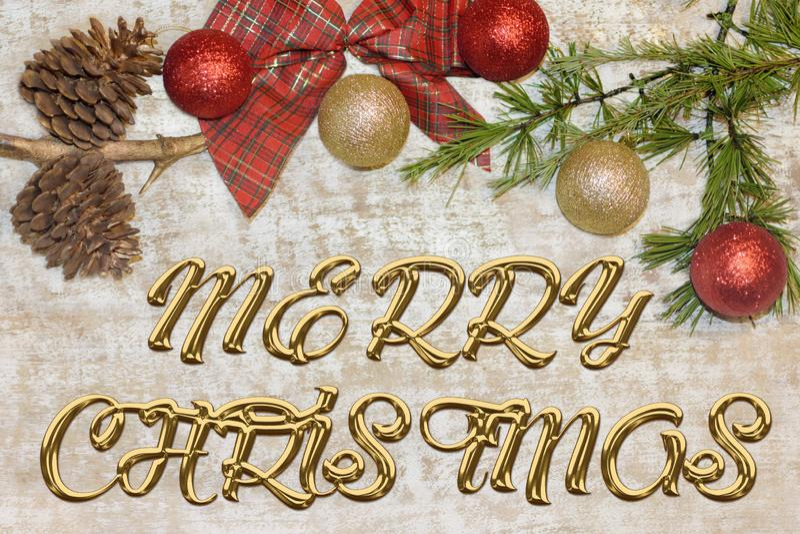问候的圣诞节明信片 在自然木背景的金属信件 红色,金黄和白色Xmas墙纸 免版税库存图片