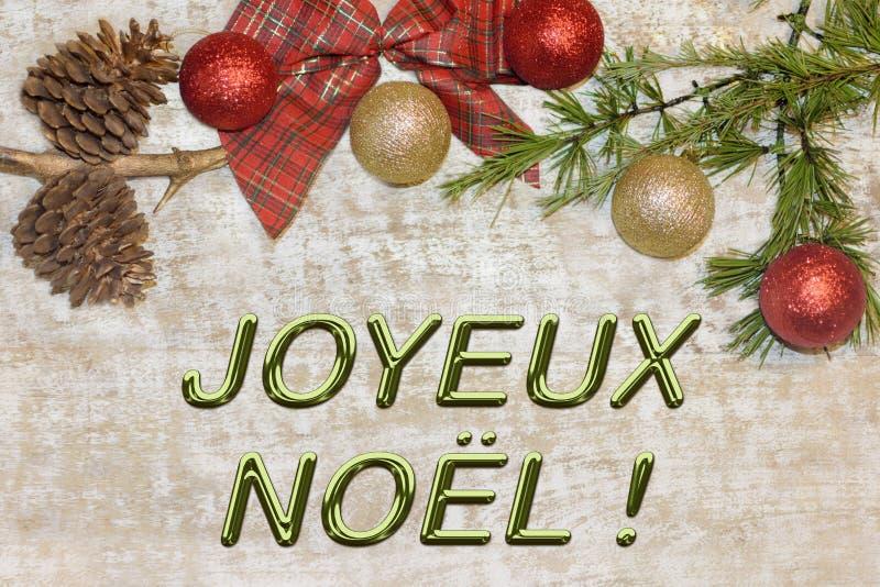 问候的圣诞节明信片 在自然木背景的金属信件 红色,金黄和白色Xmas墙纸 库存照片