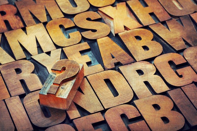问号和字母表在木类型 免版税图库摄影