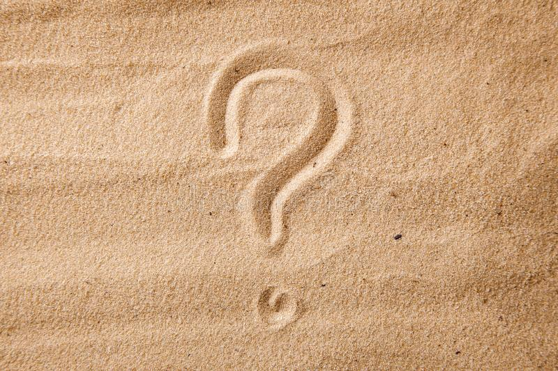 问号是在沙子绘的沙子 选择和疑义的标志 免版税图库摄影