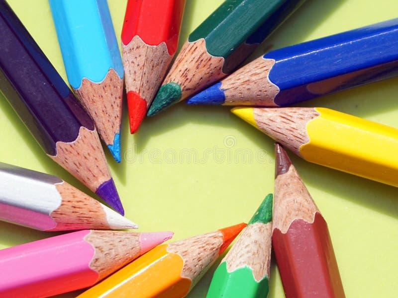 问题的颜色铅笔在圈子安排了 库存照片