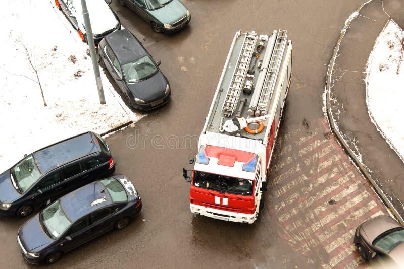 问题 由于停放的汽车,特别消防车不可能在一座多层的高层建筑物的庭院里驾驶 视图 库存照片