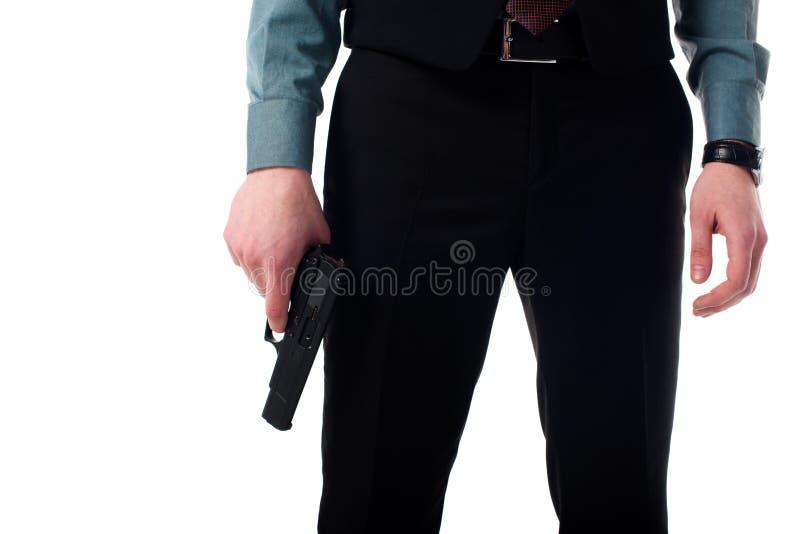 间谍代理播种的射击与枪的在手中 免版税图库摄影