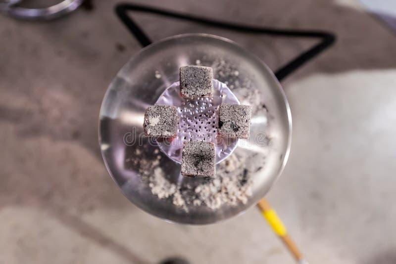 闷燃在一个陶瓷碗的热的煤炭的顶视图水烟筒 图库摄影