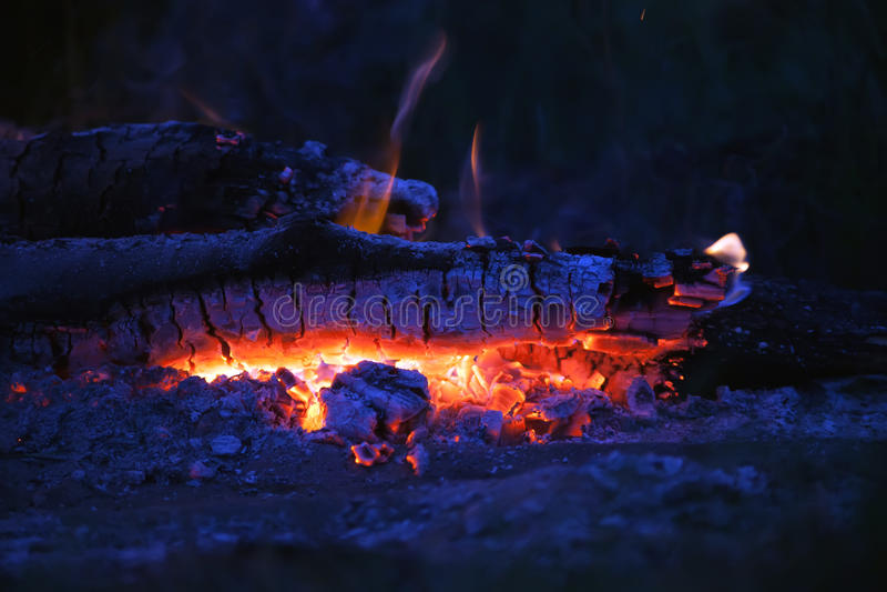 闷燃的篝火 库存照片