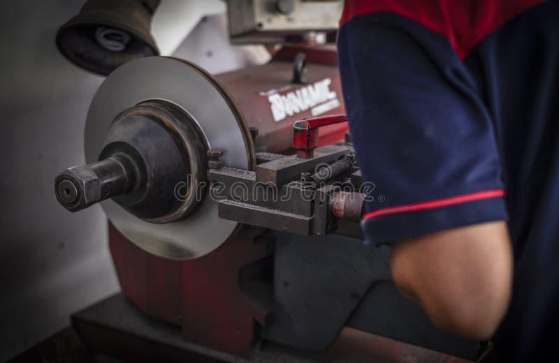 闸车床工具擦亮的盘式制动器汽车工作 库存照片