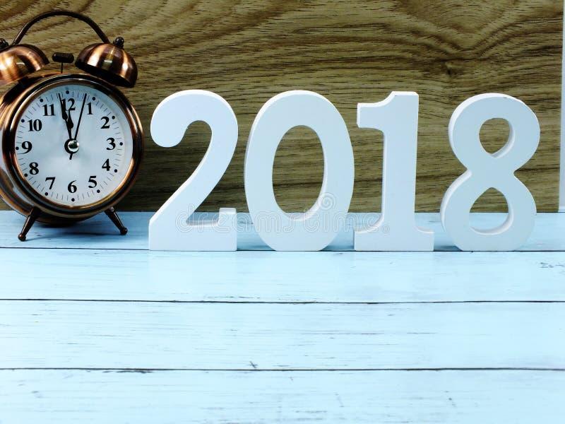 闹钟和数字木物质新年好在木背景与拷贝空间 库存图片