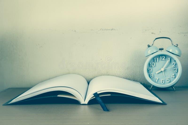 闹钟和笔记本,备忘录故事的日志 免版税库存照片