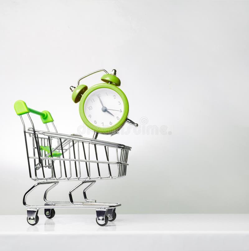 闹钟和购物的台车有空间的文本的 时刻购物 库存照片