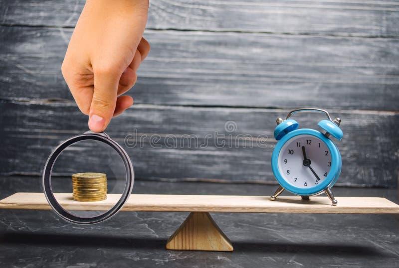 闹钟和金钱在等级 时间的概念是金钱 企业财政想法 ?? 金融投资, 免版税库存照片