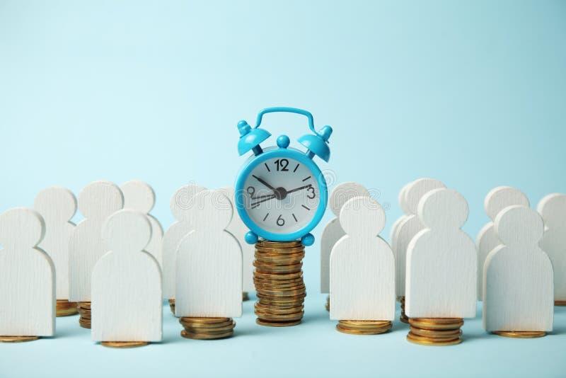 闹钟和金黄金钱硬币,资本化 时间是金钱概念,付款 免版税库存图片