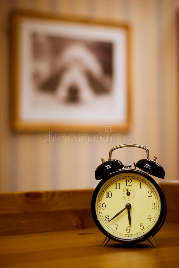 闹钟塑造了老 库存照片