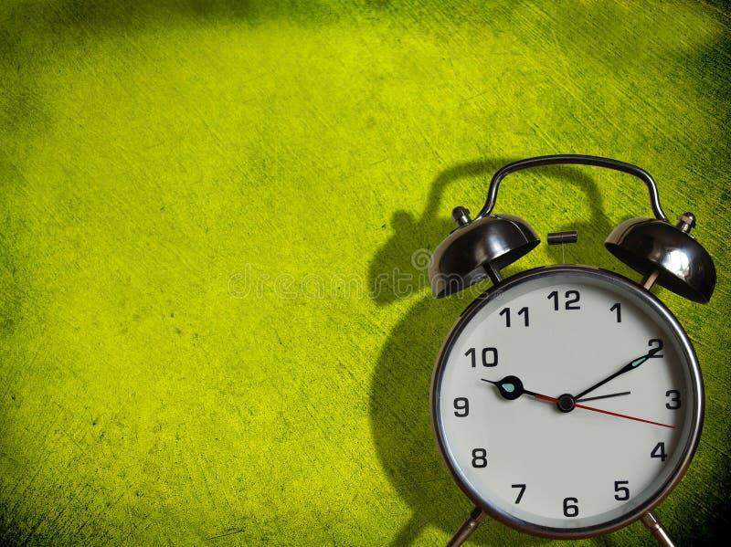 闹钟绿色被绘的墙壁 库存图片