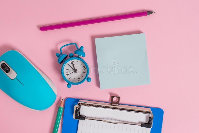 闹钟醒来剪贴板纸板料笔记薄标志老鼠硬件上色了背景空的文本重要事件 库存图片
