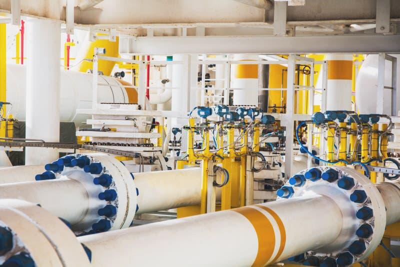 阀门和管子在油和煤气平台排行近海处在海湾  免版税库存照片