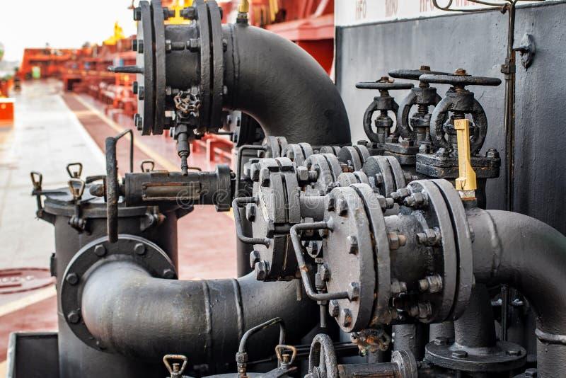 阀门和管子接受的燃料 库存图片