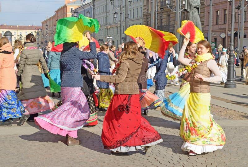 阁下克里希纳的献身者跳舞并且唱歌 免版税库存照片