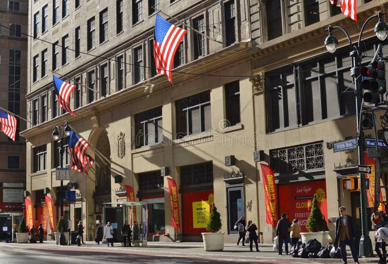阁下和泰勒纽约第42街道第五大道市繁忙的都市购物 免版税库存图片