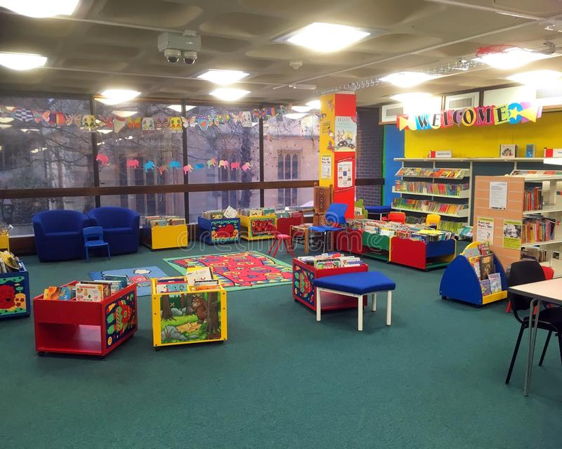 阅读书和教育的儿童图书馆 免版税库存图片
