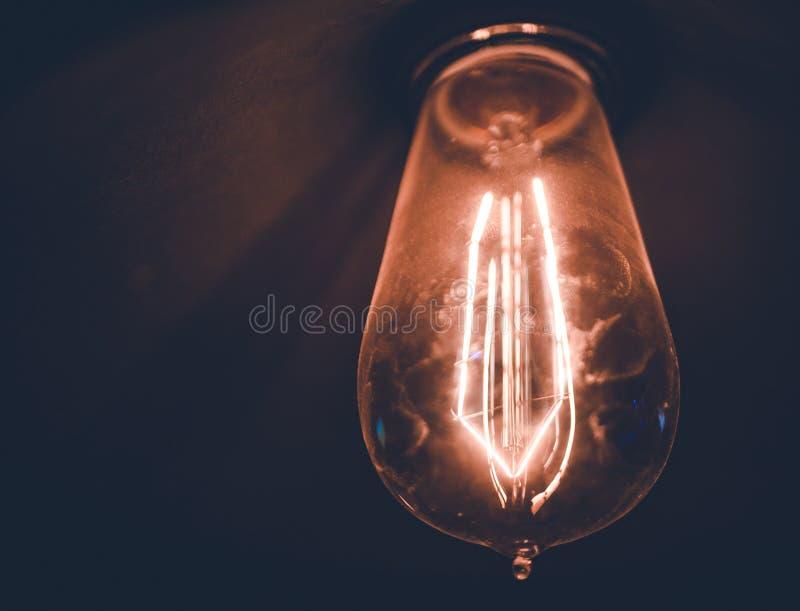 阐明有明亮的保险丝的老电灯泡屋子 库存照片