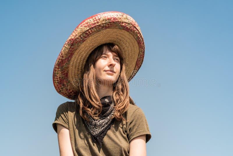 阔边帽和班丹纳花绸的年轻美丽的女孩装饰了作为bandi 图库摄影