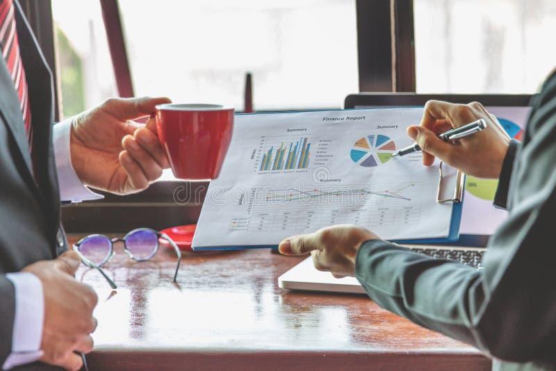 队业务会议介绍,谈论的商人显示结果的他们成功的图和图表 免版税库存图片