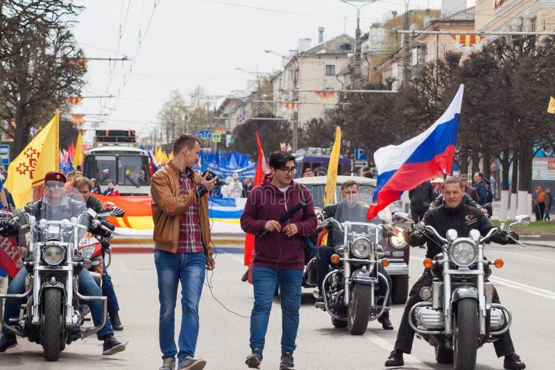 队伍,游行2016年5月1日在市切博克萨雷,楚瓦什人共和国 俄国 骑自行车的人摩托车俱乐部 库存图片