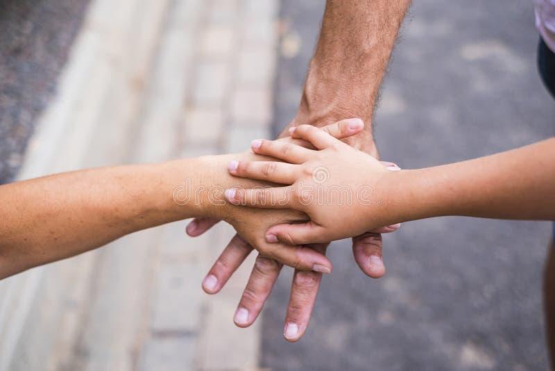 队和家庭concpet图象用一起接触在室外的手 爱和关系和友谊图片 白种人 免版税图库摄影