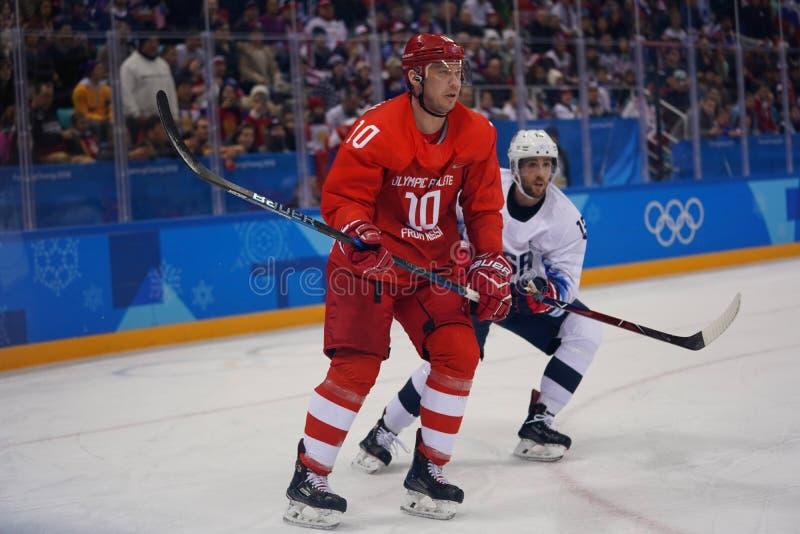 队奥林匹克运动员的奥林匹克冠军谢尔盖Mozyakin从俄罗斯的反对队美国人` s冰球比赛的行动的 免版税库存图片