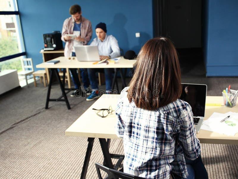 队工作谈论 露天场所办公室和起动乘员组激发灵感在新的项目 有纸文件夹的少妇 免版税库存照片