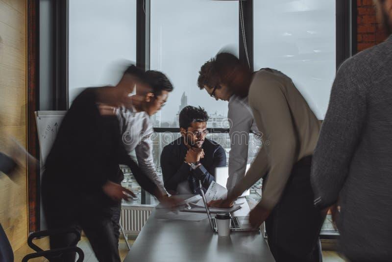 队工作过程 每天办公室谎言 被弄脏的背景,影片作用 库存图片