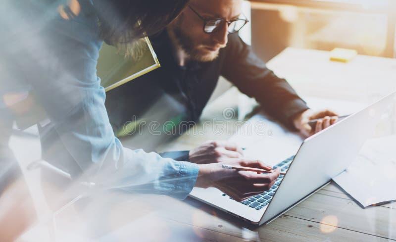 队工作过程 照片年轻企业乘员组与新的起始的项目膝上型计算机一起使用 项目负责人见面 anatolian 免版税库存照片