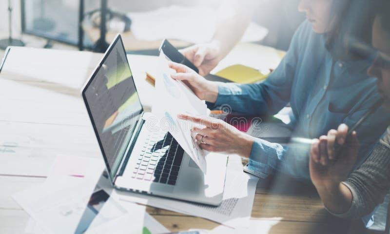 队帐户经理项目工程 业务经理与新的起动一起使用在现代顶楼 分析报告,计划 笔记本求爱 免版税库存图片