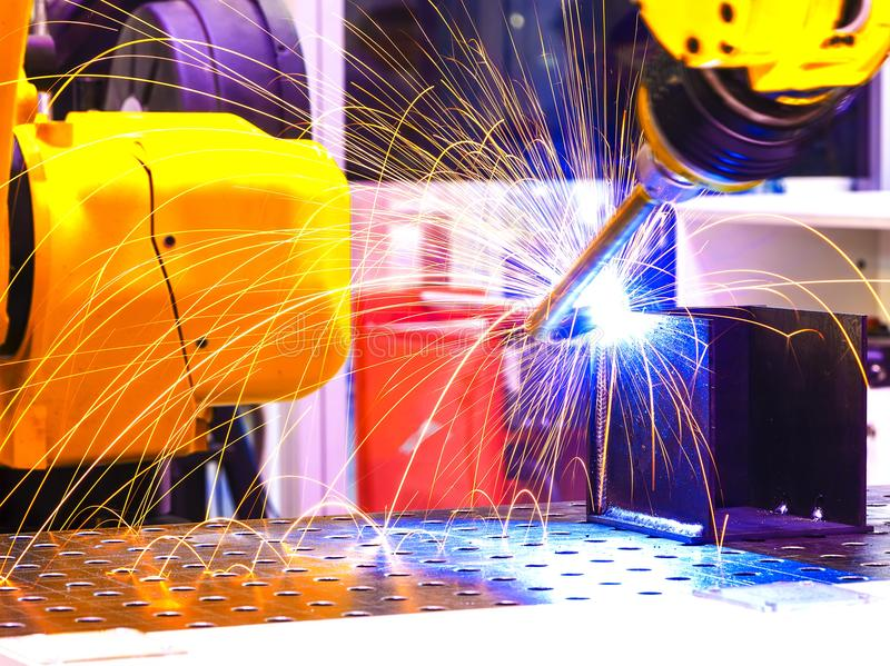 队焊接机器人代表运动 在汽车零件产业 免版税库存照片