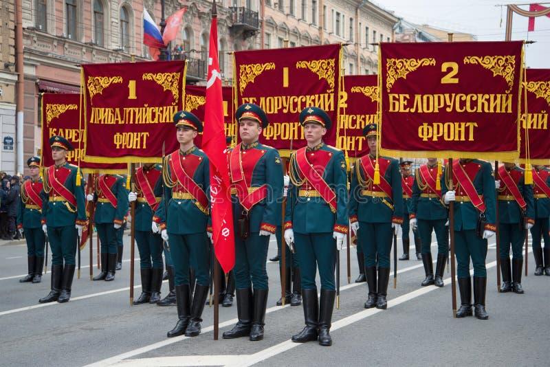仪仗队的战士在庄严的行军前的 胜利天在圣彼德堡 免版税库存照片