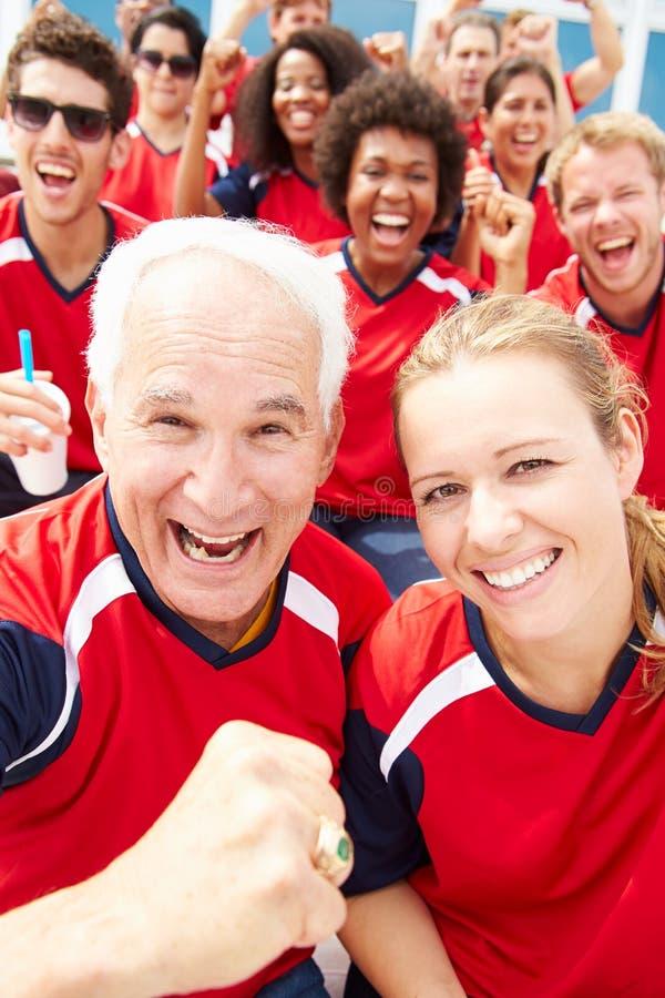 队颜色的观众观看体育比赛的 库存图片