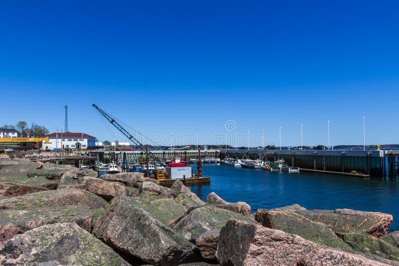 防堤和靠码头的小船在Eastport 图库摄影