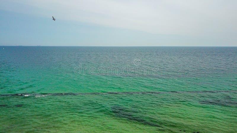 防堤在黑海 天际的看法 绿松石明白水 与寄生虫的水平的背景照片 库存图片