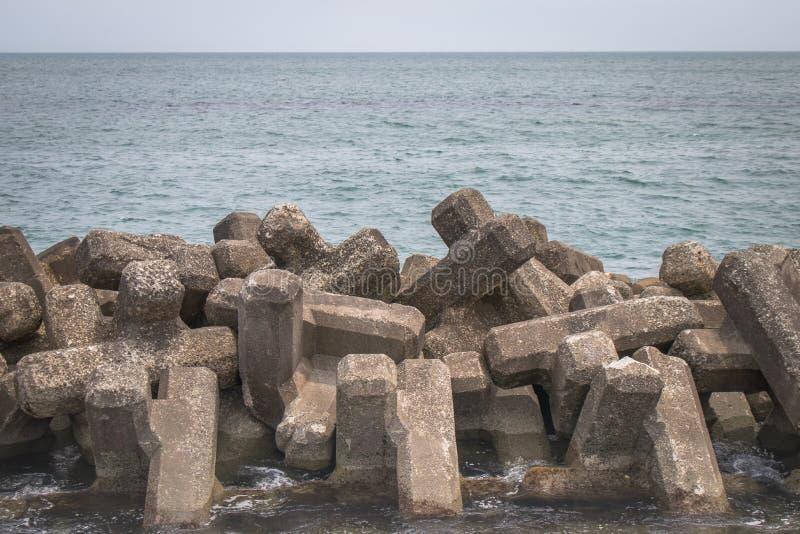 防堤沿海保护被修建免受预制的水泥块减少强度波浪行动 免版税库存照片