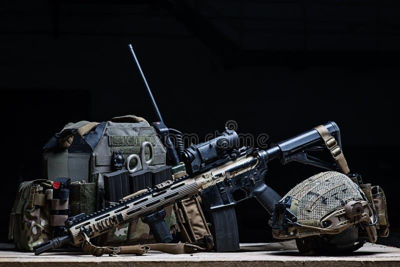 防弹背心、步枪和盔甲 免版税库存图片